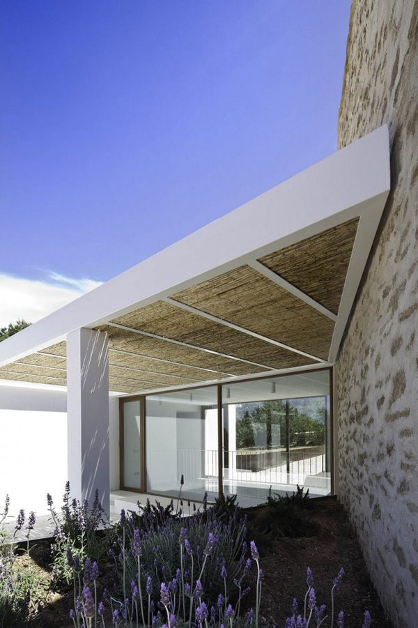 dream holiday home, Balearic Islands, formentera, tradition, modern design, architecture, Marià Castelló, Daniel Redolat, minimal, traditional features, stone walls, exposed beams, modern rustic, flow of light and air, polished concrete floor, white washed walls, infinity pool, shaded terrace, style, trend